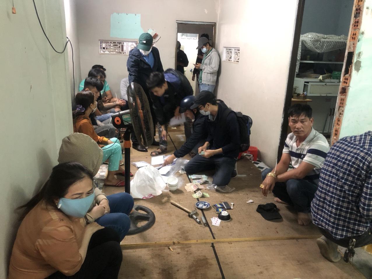 Cảnh sát hình sự đột kích sới bạc trong khu dân cư, bắt hàng chục con bạc ăn thua cả trăm triệu đồng - Ảnh 1.
