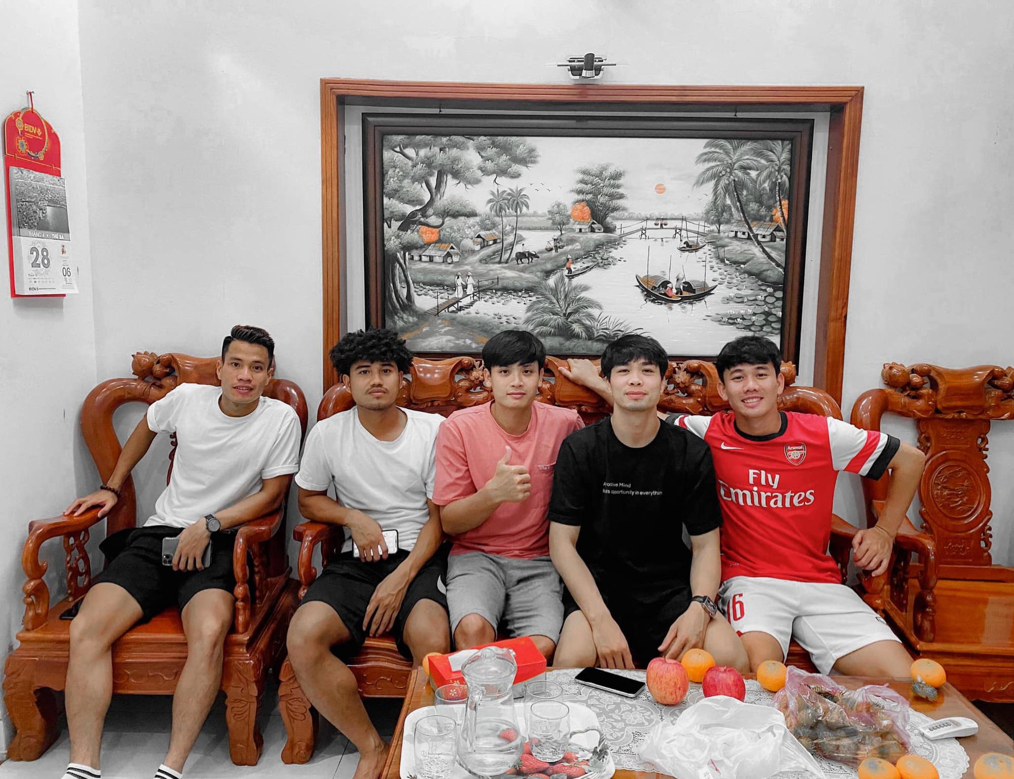 Tranh thủ thời gian rảnh, Công Phượng đến thăm nhà bạn thân Minh Vương - Ảnh 1.