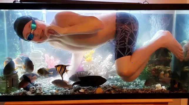 """Không được ra ngoài vì Covid-19, cậu bé bơi tạm trong bể cá của bố cho đỡ """"ngứa nghề"""" - Ảnh 4."""