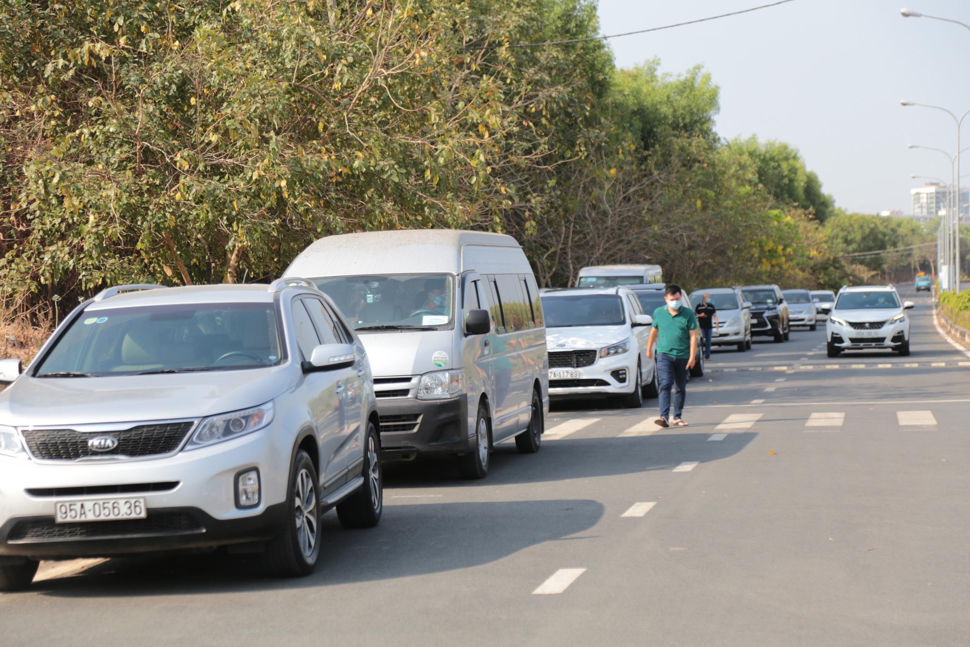 """TP.HCM: 200 ô tô dịch vụ được phép lưu thông để hỗ trợ miễn phí người dân trong những ngày """"cách ly toàn xã hội"""" - Ảnh 1."""