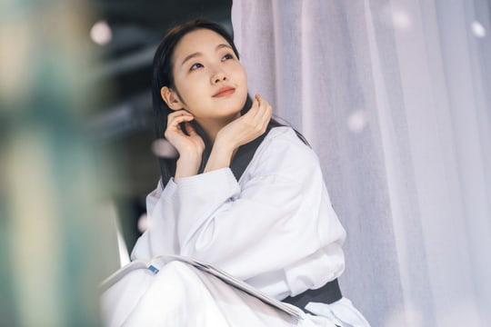 Người yêu Lee Min Ho tung ảnh cực sến ở Bệ Hạ Bất Tử: Cô cảnh sát sành điệu Kim Go Eun hoá bánh bèo bên hoa huệ? - Ảnh 1.