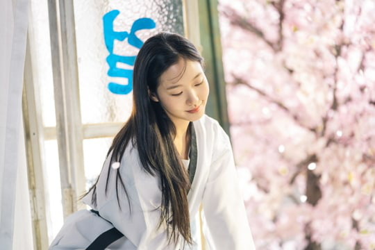 Người yêu Lee Min Ho tung ảnh cực sến ở Bệ Hạ Bất Tử: Cô cảnh sát sành điệu Kim Go Eun hoá bánh bèo bên hoa huệ? - Ảnh 3.