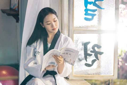 Người yêu Lee Min Ho tung ảnh cực sến ở Bệ Hạ Bất Tử: Cô cảnh sát sành điệu Kim Go Eun hoá bánh bèo bên hoa huệ? - Ảnh 4.