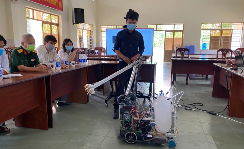 TP.HCM: Bệnh viện điều trị Covid-19 đưa robot khử khuẩn phòng cách ly vào hoạt động thay bác sĩ - Ảnh 1.