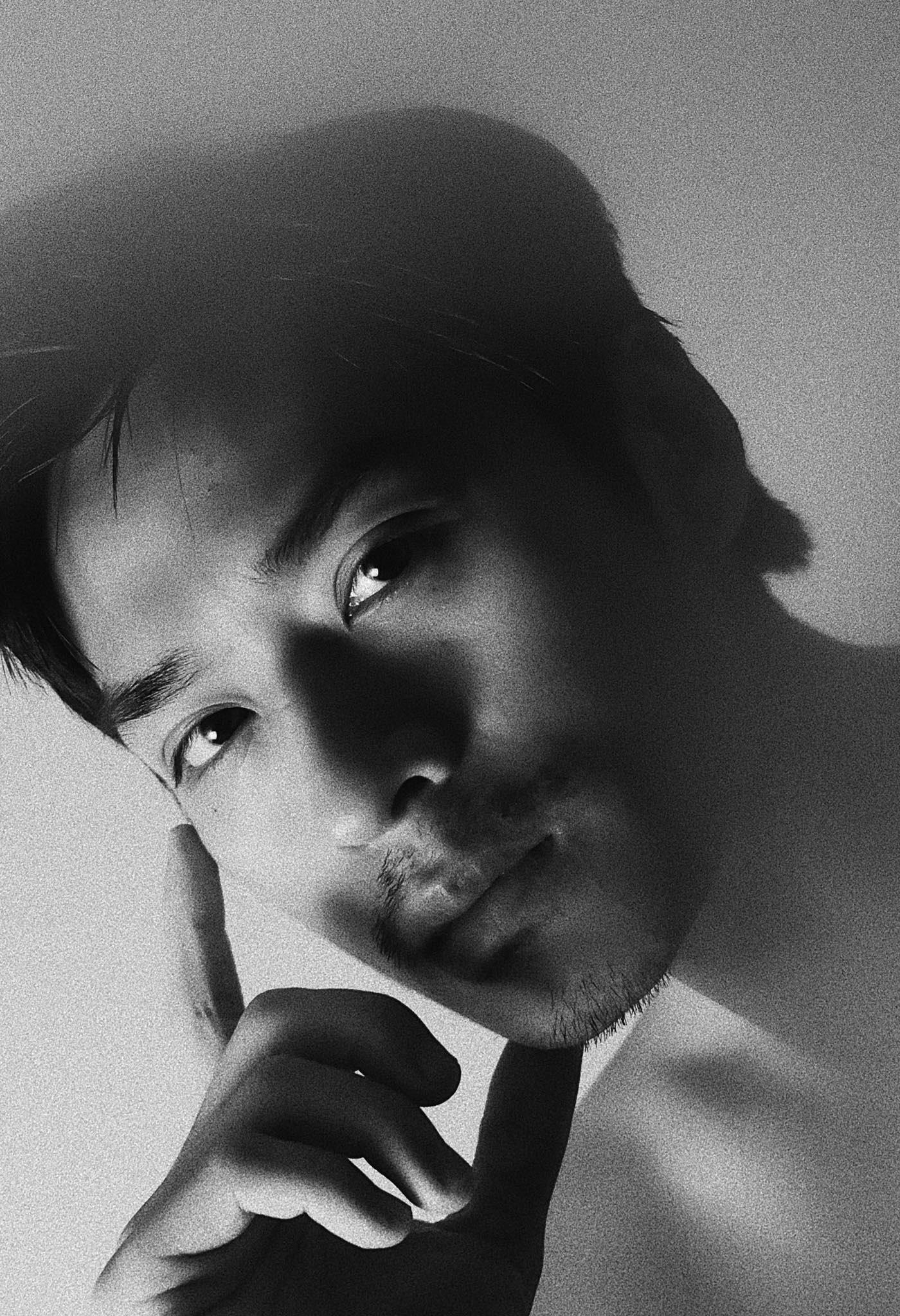 Ở nhà mùa dịch, Trần Nghĩa Mắt biếc lập tức thay đổi 180 độ: Để râu nam tính, khác xa hình ảnh thầy Ngạn thư sinh vẫn thấy! - Ảnh 4.