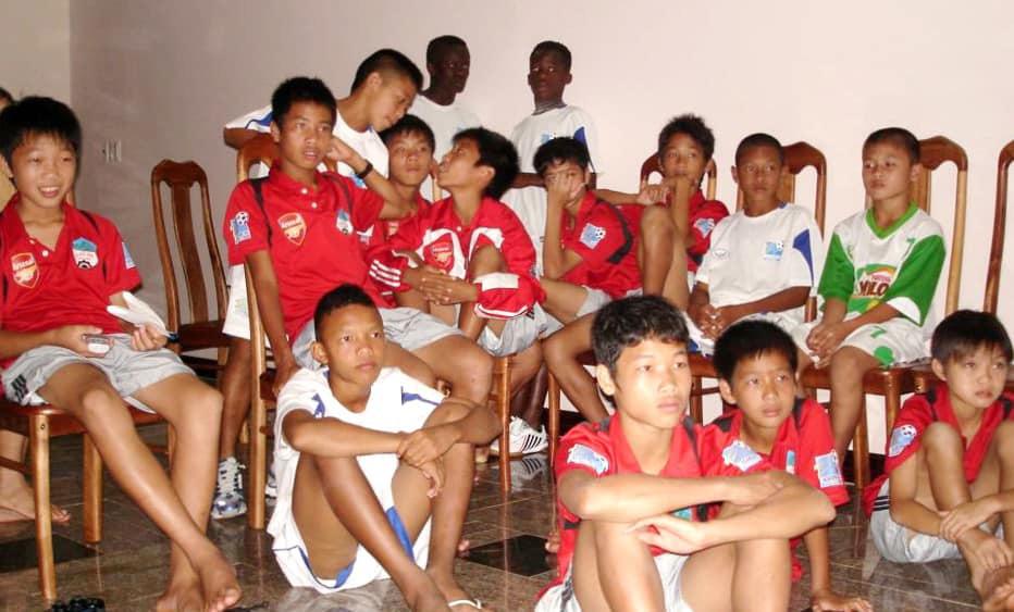Phát hiện thú vị: Quang Hải năm 11 tuổi mặc riêng một màu áo, ngồi lạc lõng giữa lứa đàn anh 1995 ở HAGL - Ảnh 1.
