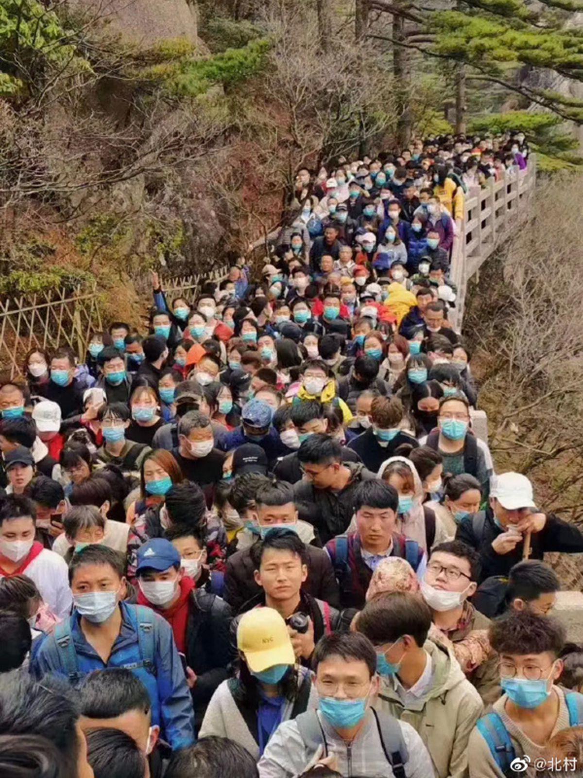 Khu du lịch Trung Quốc mở cửa miễn phí sau khi dịch Covid-19 được khống chế nhưng đã phải đóng cửa sau một ngày vì lượng khách quá tải - Ảnh 1.