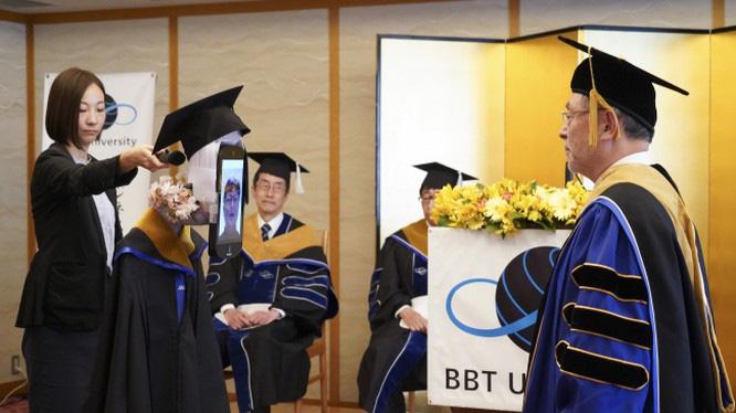 Tốt nghiệp mùa cách ly: Đại học Nhật Bản dùng robot trao bằng trực tuyến cho sinh viên - Ảnh 1.