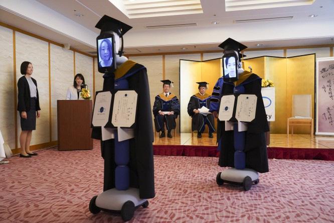 Tốt nghiệp mùa cách ly: Đại học Nhật Bản dùng robot trao bằng trực tuyến cho sinh viên - Ảnh 2.