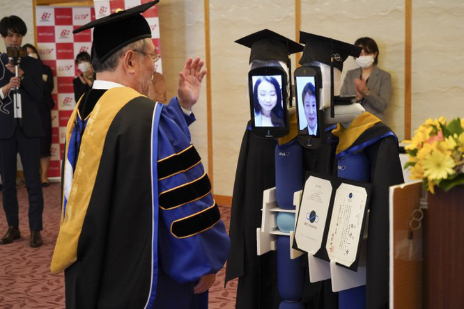 Tốt nghiệp mùa cách ly: Đại học Nhật Bản dùng robot trao bằng trực tuyến cho sinh viên - Ảnh 3.