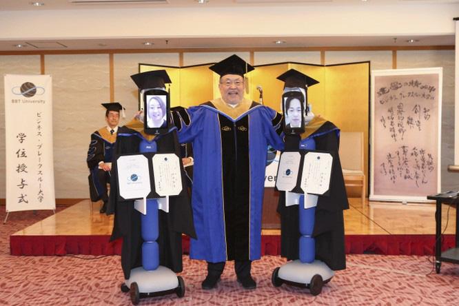 Tốt nghiệp mùa cách ly: Đại học Nhật Bản dùng robot trao bằng trực tuyến cho sinh viên - Ảnh 4.