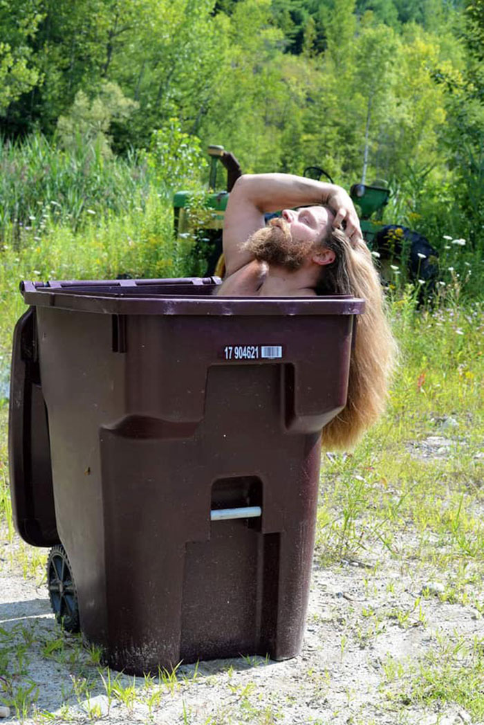 Người Úc tranh thủ mở show diễn thời trang khi ra ngoài đổ rác - Ảnh 19.