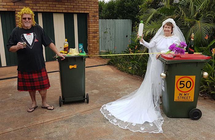 Người Úc tranh thủ mở show diễn thời trang khi ra ngoài đổ rác - Ảnh 13.