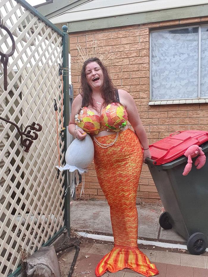 Người Úc tranh thủ mở show diễn thời trang khi ra ngoài đổ rác - Ảnh 5.