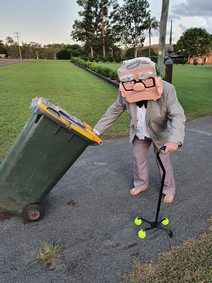 Người Úc tranh thủ mở show diễn thời trang khi ra ngoài đổ rác - Ảnh 3.