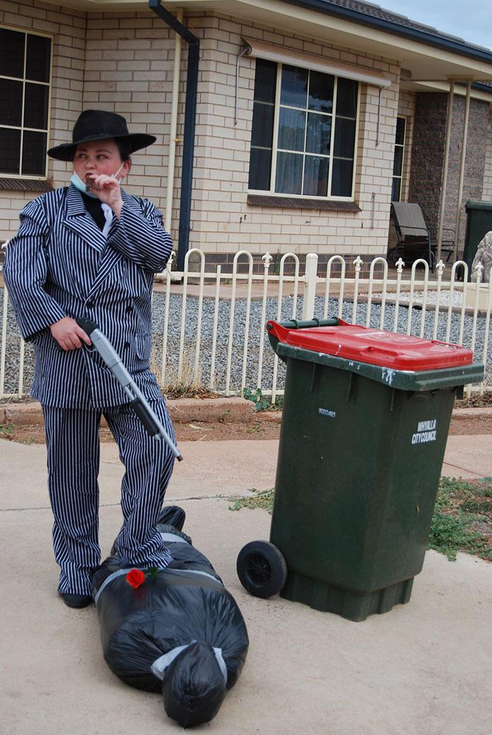Người Úc tranh thủ mở show diễn thời trang khi ra ngoài đổ rác - Ảnh 21.