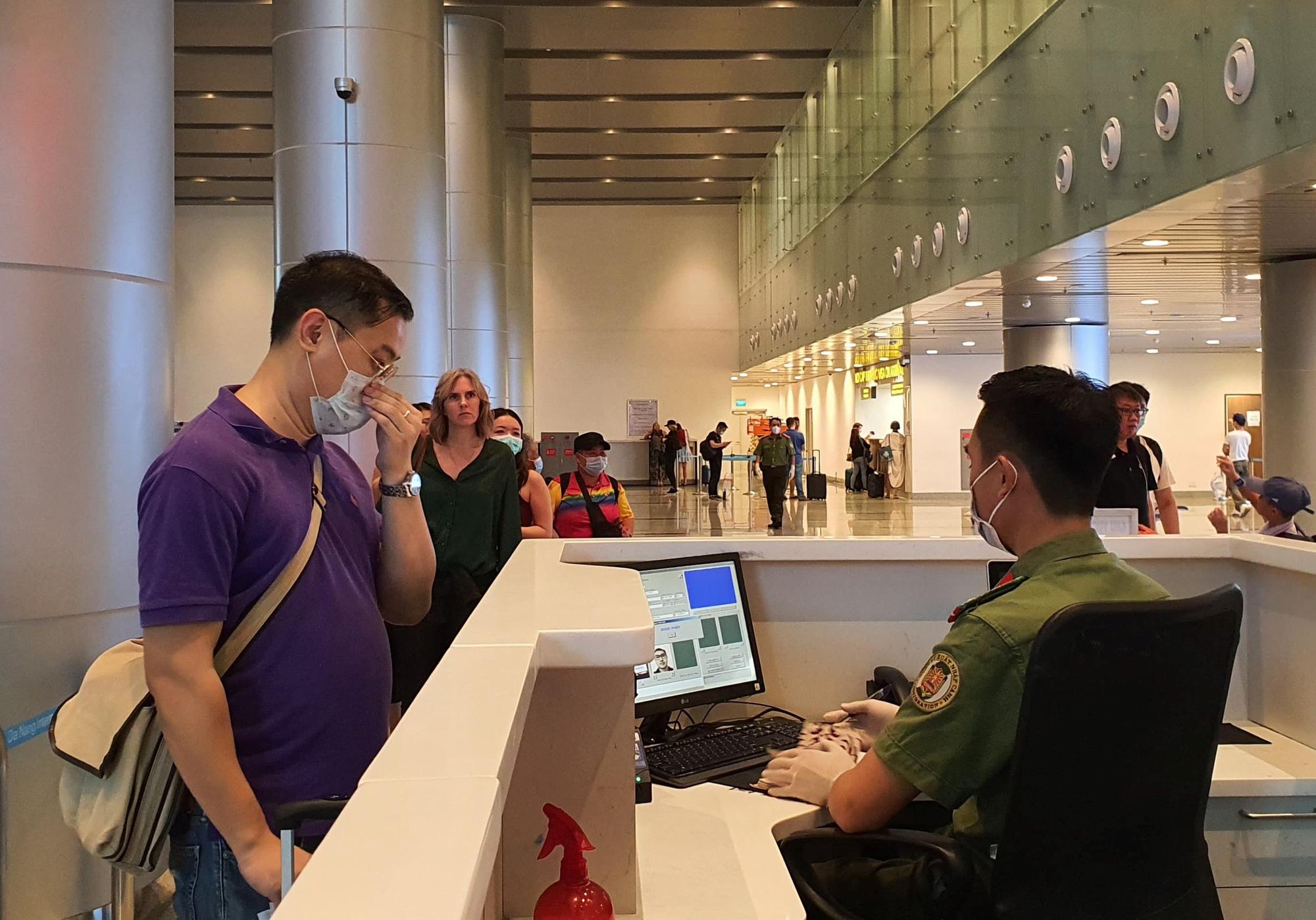 Hàng trăm người hủy chuyến bay từ Hà Nội, TP.HCM đến Đà Nẵng vì sợ bị cách ly - Ảnh 1.
