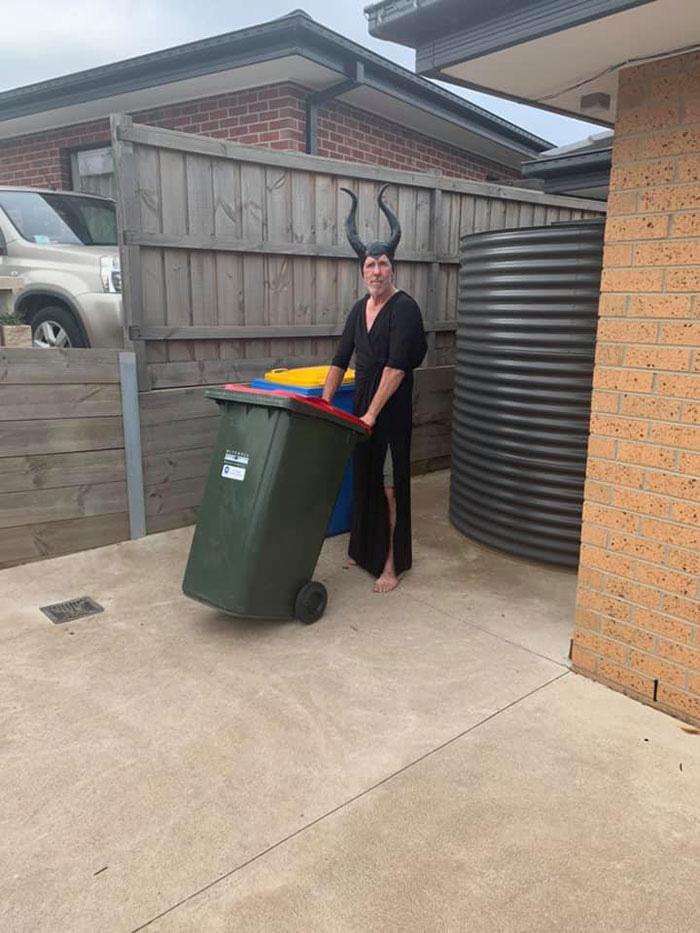 Người Úc tranh thủ mở show diễn thời trang khi ra ngoài đổ rác - Ảnh 15.