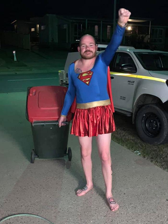 Người Úc tranh thủ mở show diễn thời trang khi ra ngoài đổ rác - Ảnh 23.