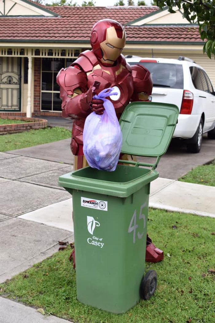 Người Úc tranh thủ mở show diễn thời trang khi ra ngoài đổ rác - Ảnh 17.