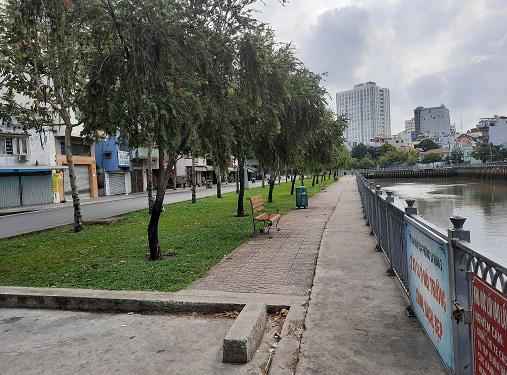 Cảnh sát xử phạt nhiều người tụ tập câu cá trên kênh Nhiêu Lộc ở Sài Gòn trong mùa dịch Covid-19 - Ảnh 1.