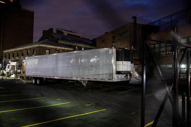 Bên trong New York - tâm dịch Covid-19 lớn nhất nước Mỹ: Thành phố vắng lặng nhưng y bác sĩ và quân đội vẫn tất bật chiến đấu chống dịch bệnh - Ảnh 2.