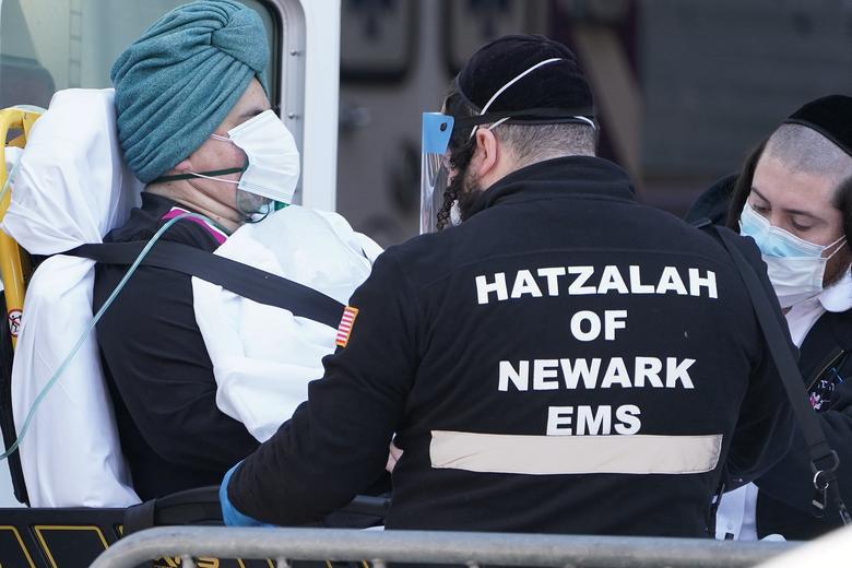 Bên trong New York - tâm dịch Covid-19 lớn nhất nước Mỹ: Thành phố vắng lặng nhưng y bác sĩ và quân đội vẫn tất bật chiến đấu chống dịch bệnh - Ảnh 11.