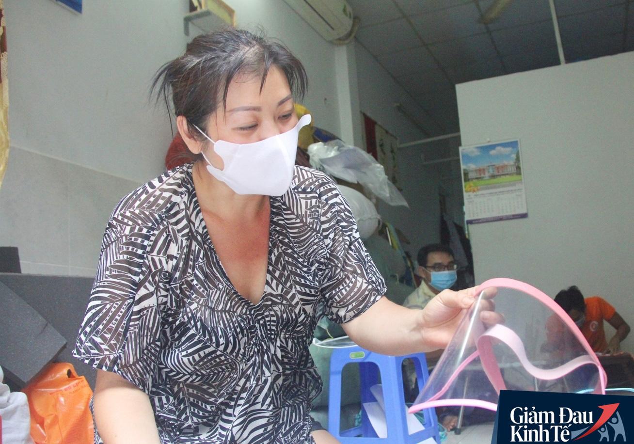Gặp nữ tiểu thương Sài Gòn xuất hiện trên loạt báo quốc tế khi cùng nhóm bạn tự làm hơn 1.500 chiếc mặt nạ ngăn giọt bắn, tặng các y bác sĩ chống dịch Covid-19 - Ảnh 5.
