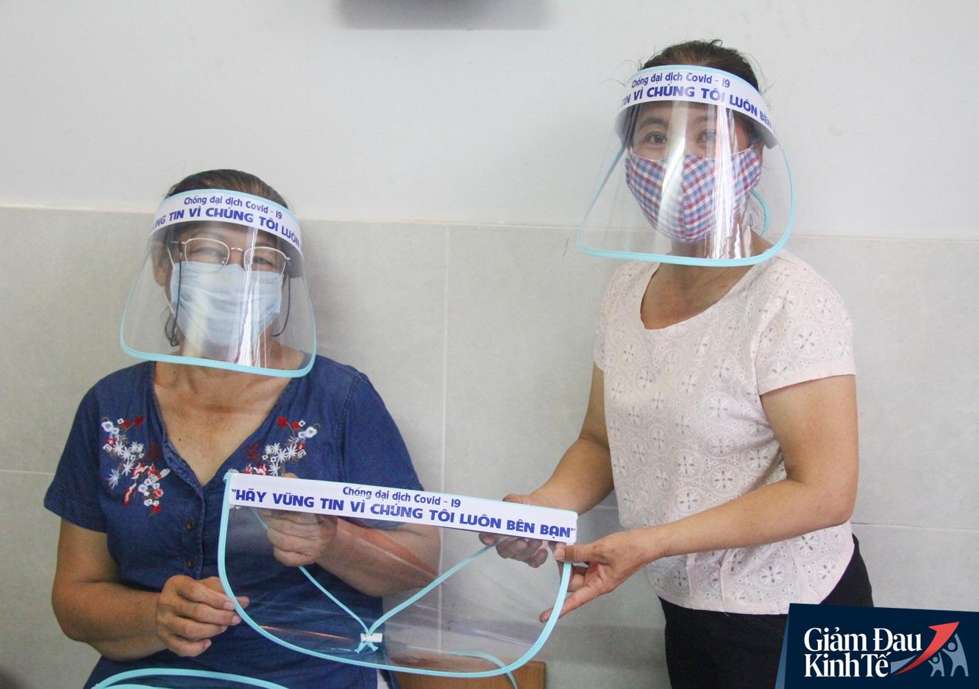 Gặp nữ tiểu thương Sài Gòn xuất hiện trên loạt báo quốc tế khi cùng nhóm bạn tự làm hơn 1.500 chiếc mặt nạ ngăn giọt bắn, tặng các y bác sĩ chống dịch Covid-19 - Ảnh 14.