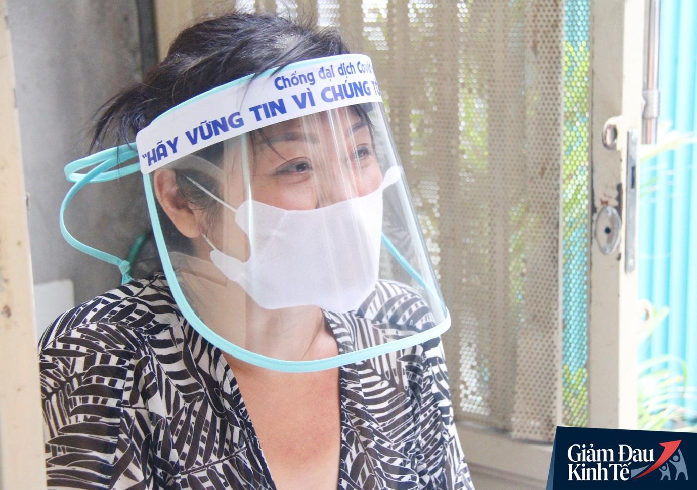 Gặp nữ tiểu thương Sài Gòn xuất hiện trên loạt báo quốc tế khi cùng nhóm bạn tự làm hơn 1.500 chiếc mặt nạ ngăn giọt bắn, tặng các y bác sĩ chống dịch Covid-19 - Ảnh 1.