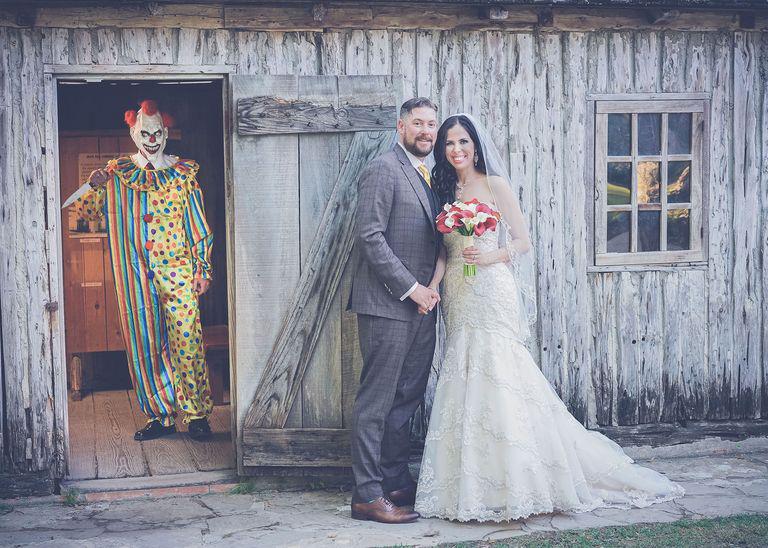"""Một năm trời sau khi kết hôn, cô dâu mới xem kỹ lại bộ ảnh cưới và ngỡ ngàng phát hiện ra """"vị khách không mời mà tới"""" - Ảnh 1."""