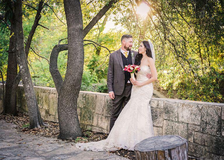 """Một năm trời sau khi kết hôn, cô dâu mới xem kỹ lại bộ ảnh cưới và ngỡ ngàng phát hiện ra """"vị khách không mời mà tới"""" - Ảnh 4."""