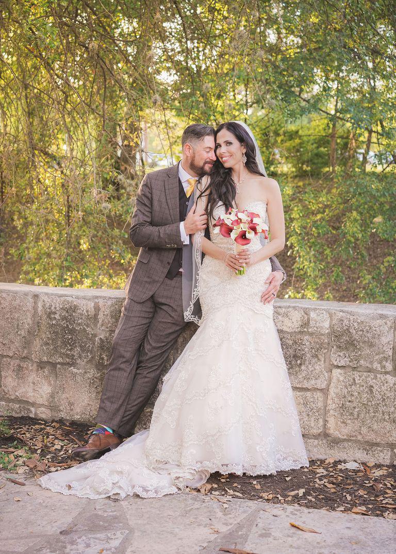 """Một năm trời sau khi kết hôn, cô dâu mới xem kỹ lại bộ ảnh cưới và ngỡ ngàng phát hiện ra """"vị khách không mời mà tới"""" - Ảnh 2."""