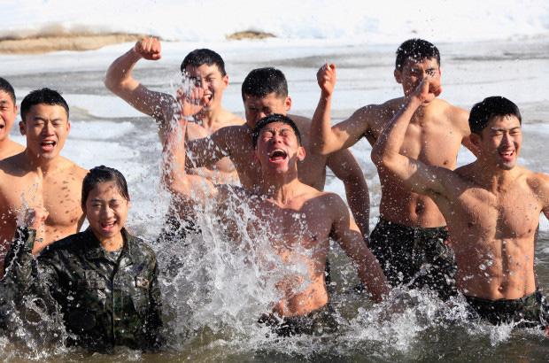 """Bên trong khu quân sự nơi Son Heung-min chuẩn bị """"hành xác"""" 3 tuần: Tập dùng súng máy, đối chọi với hơi cay và thực chiến như cơm bữa - Ảnh 1."""