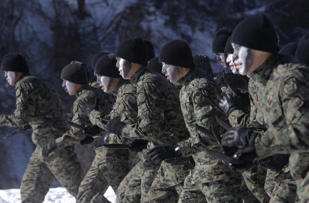 """Bên trong khu quân sự nơi Son Heung-min chuẩn bị """"hành xác"""" 3 tuần: Tập dùng súng máy, đối chọi với hơi cay và thực chiến như cơm bữa - Ảnh 3."""