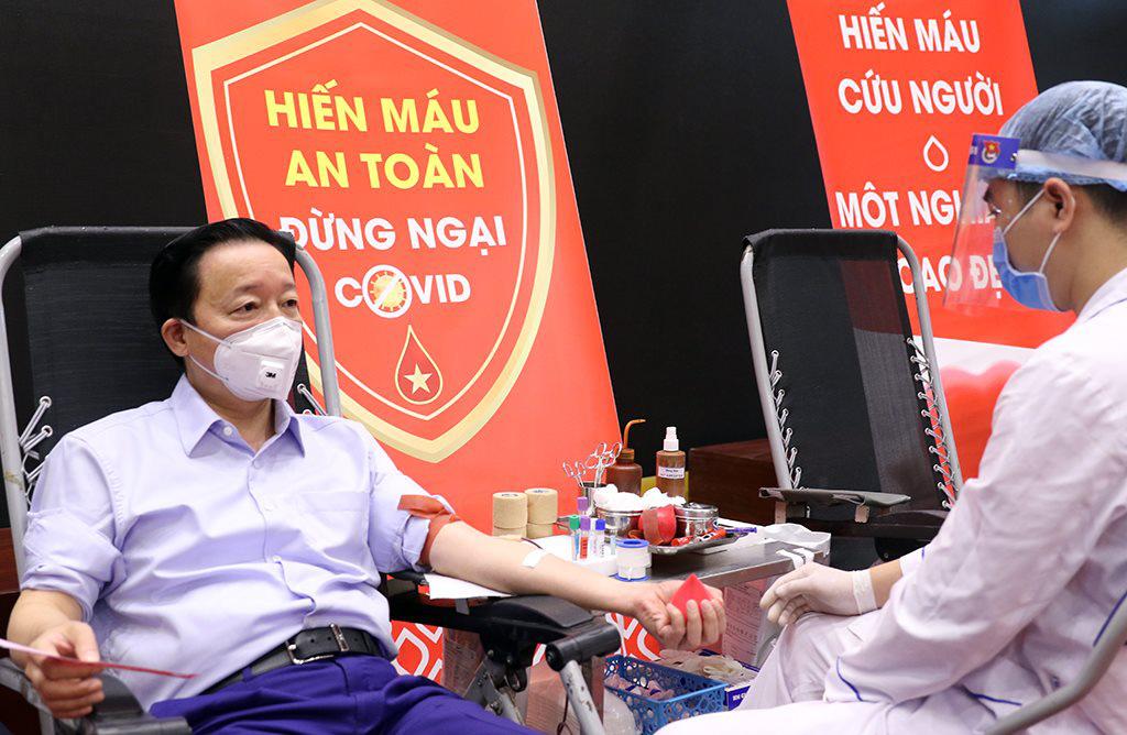 Bộ trưởng Trần Hồng Hà tham gia hiến máu tình nguyện - Ảnh 1.