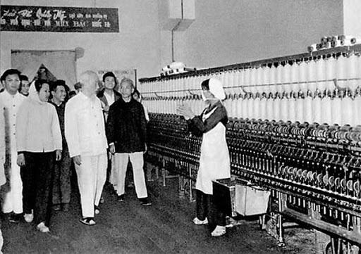 Triển lãm hơn 100 bức ảnh về Chủ tịch Hồ Chí Minh - Ảnh 1.