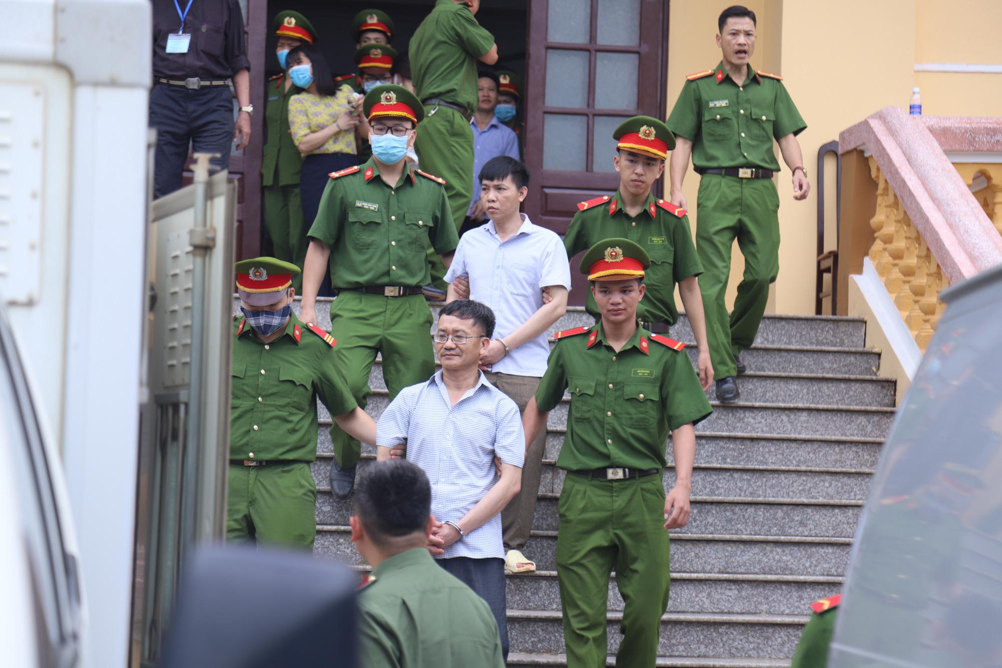 Gian lận thi cử ở Hòa Bình: Nguyên trưởng phòng An ninh nói bị vu khống, không có phụ huynh nào nhờ can thiệp nâng điểm - Ảnh 2.