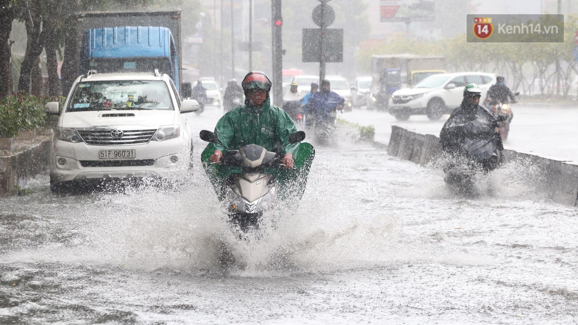 TP.HCM: Rốn ngập Nguyễn Hữu Cảnh lênh láng như sông sau trận mưa trắng trời - Ảnh 3.