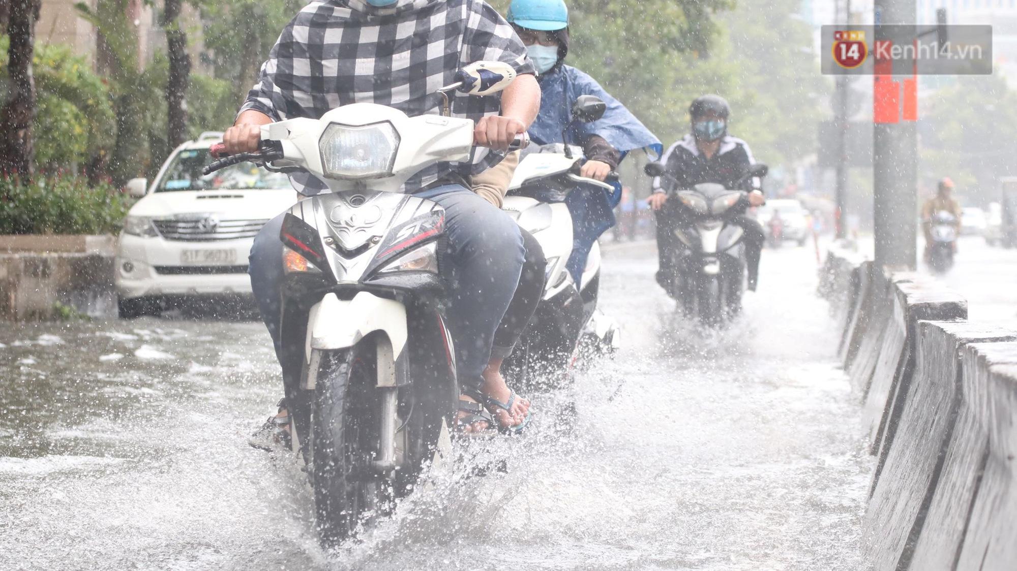 TP.HCM: Rốn ngập Nguyễn Hữu Cảnh lênh láng như sông sau trận mưa trắng trời - Ảnh 4.