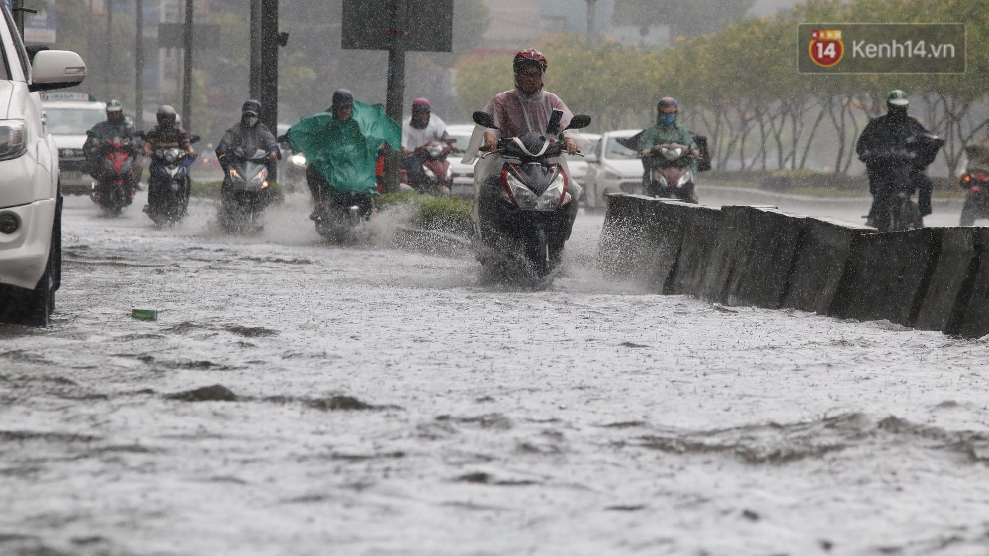 TP.HCM: Rốn ngập Nguyễn Hữu Cảnh lênh láng như sông sau trận mưa trắng trời - Ảnh 6.