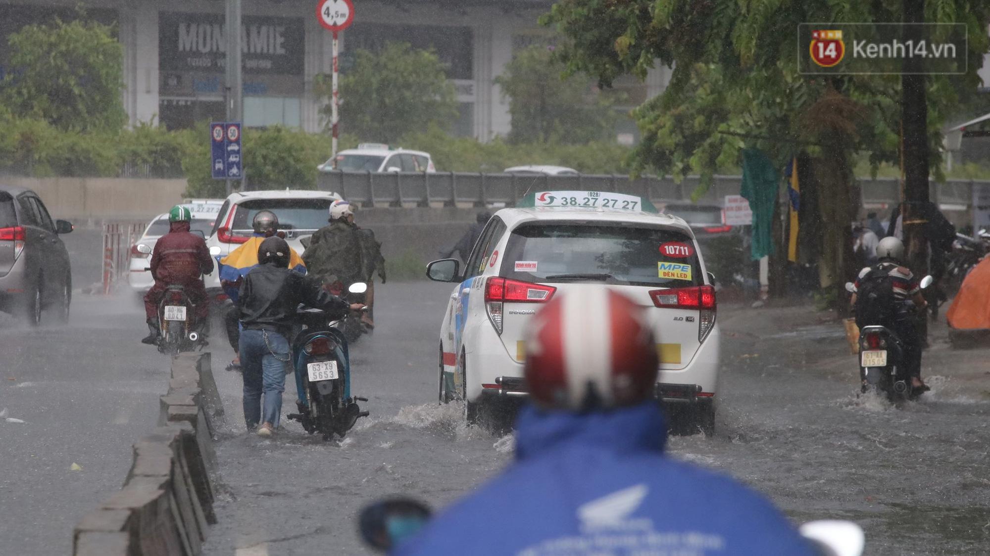 TP.HCM: Rốn ngập Nguyễn Hữu Cảnh lênh láng như sông sau trận mưa trắng trời - Ảnh 9.