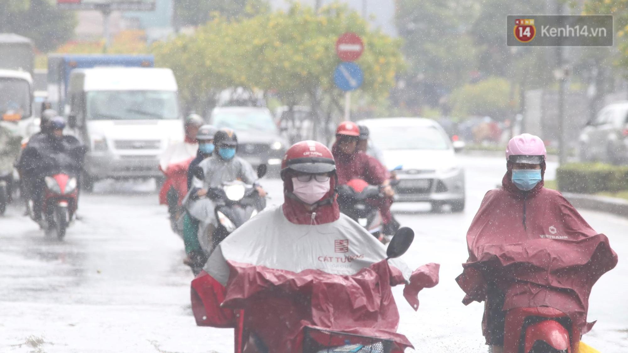 TP.HCM: Rốn ngập Nguyễn Hữu Cảnh lênh láng như sông sau trận mưa trắng trời - Ảnh 2.