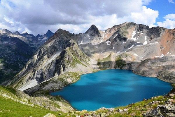 Hồ nước đẹp như tiên cảnh nhưng lại ẩn chứa bí mật rùng rợn, có thể đoạt mạng bất kỳ ai nếu dám bén mảng lại gần - Ảnh 1.