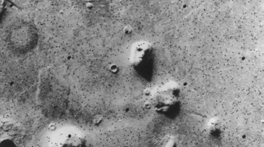 Những bức ảnh chụp trên Sao Hỏa kỳ lạ nhất thế giới: Toàn đất đá mà nhìn ra đủ thứ, từ động vật, thực vật cho đến cả mặt người - Ảnh 1.