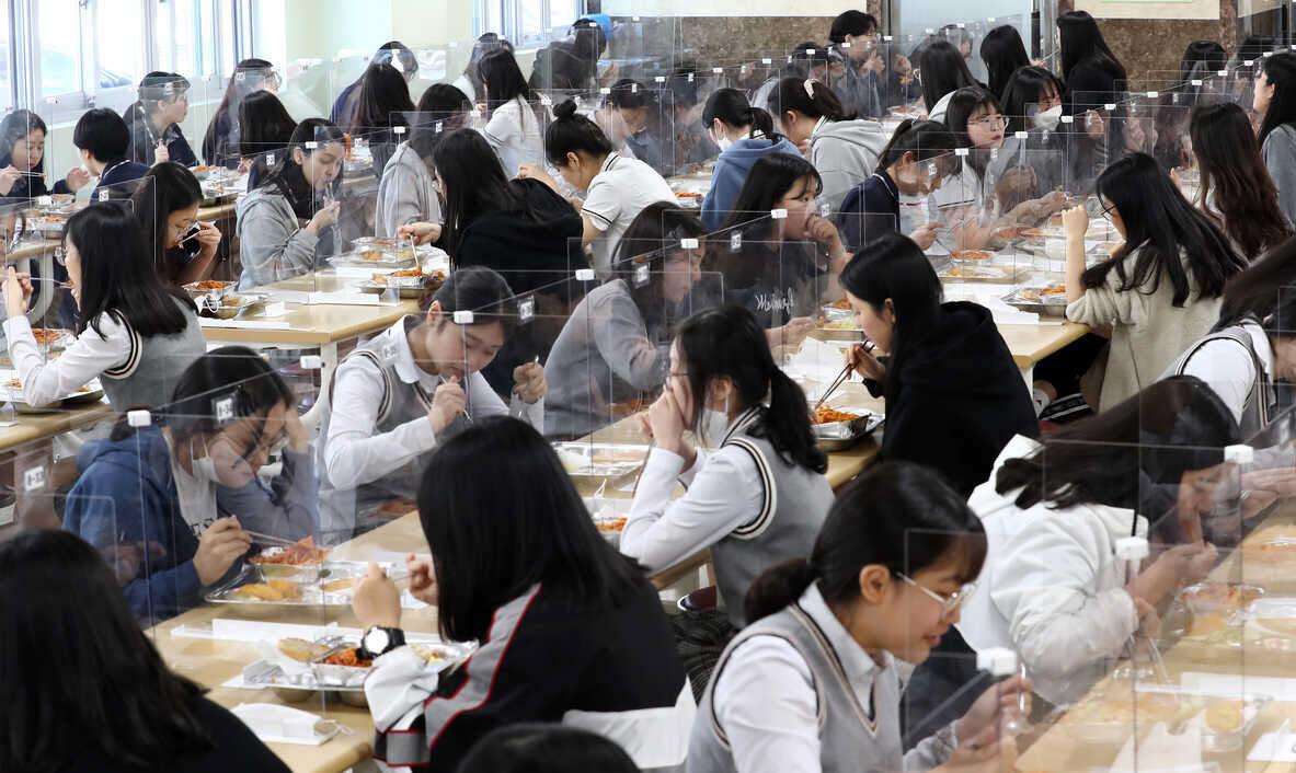 24h qua ảnh: Nữ sinh Hàn Quốc ăn trưa sau các tấm chắn bảo vệ - Ảnh 2.