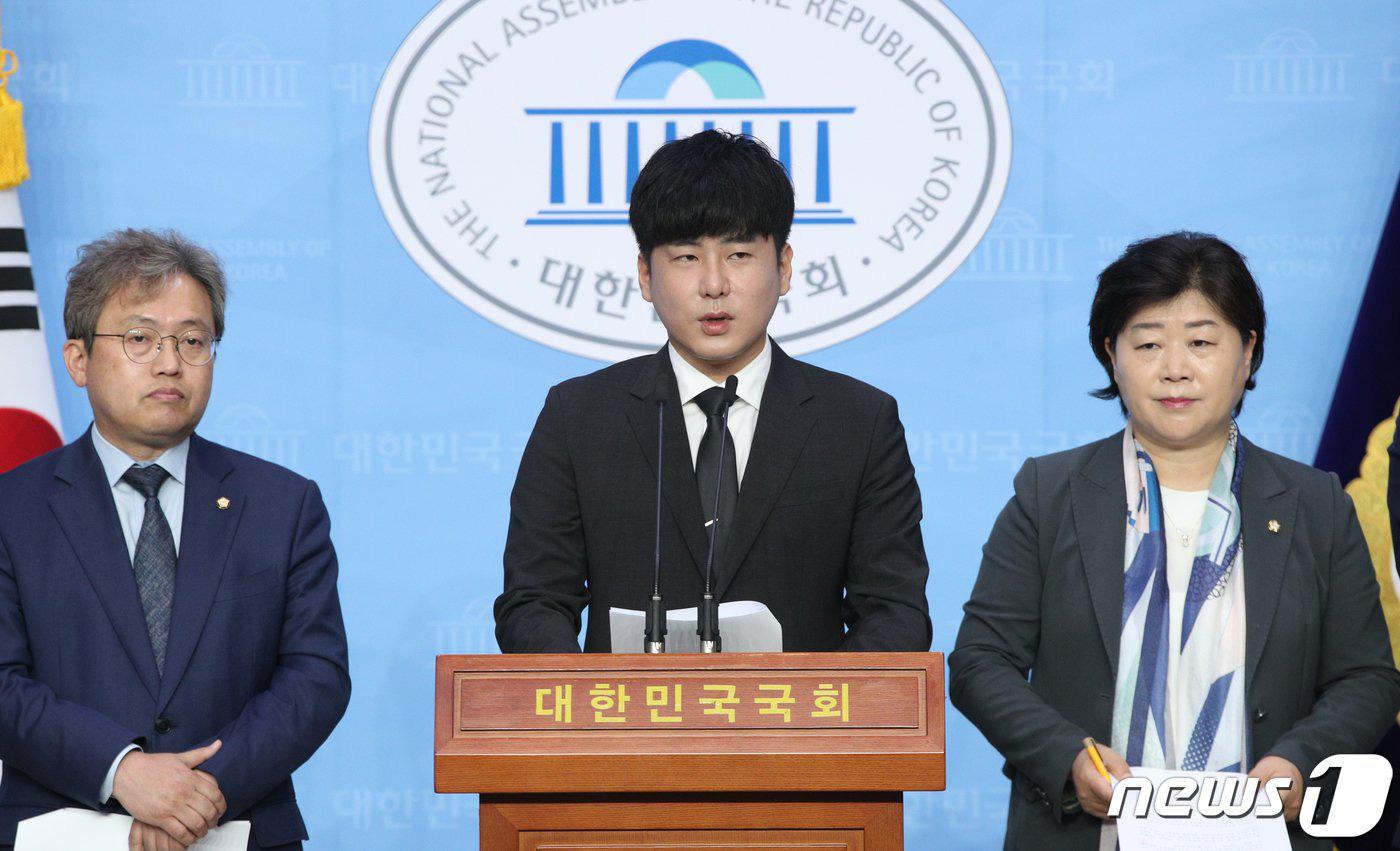 Anh trai Goo Hara mở họp báo nóng: Bật khóc vì luật bảo vệ em gái bị bác bỏ, mẹ ruột phụ bạc có thể được hưởng 50% tài sản - Ảnh 2.