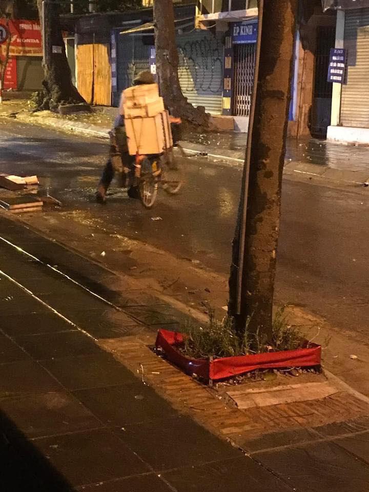Bất ngờ dừng xe, người đàn ông bán bánh bao có hành động  ấm lòng giữa đêm Hà Nội mưa gió - Ảnh 3.