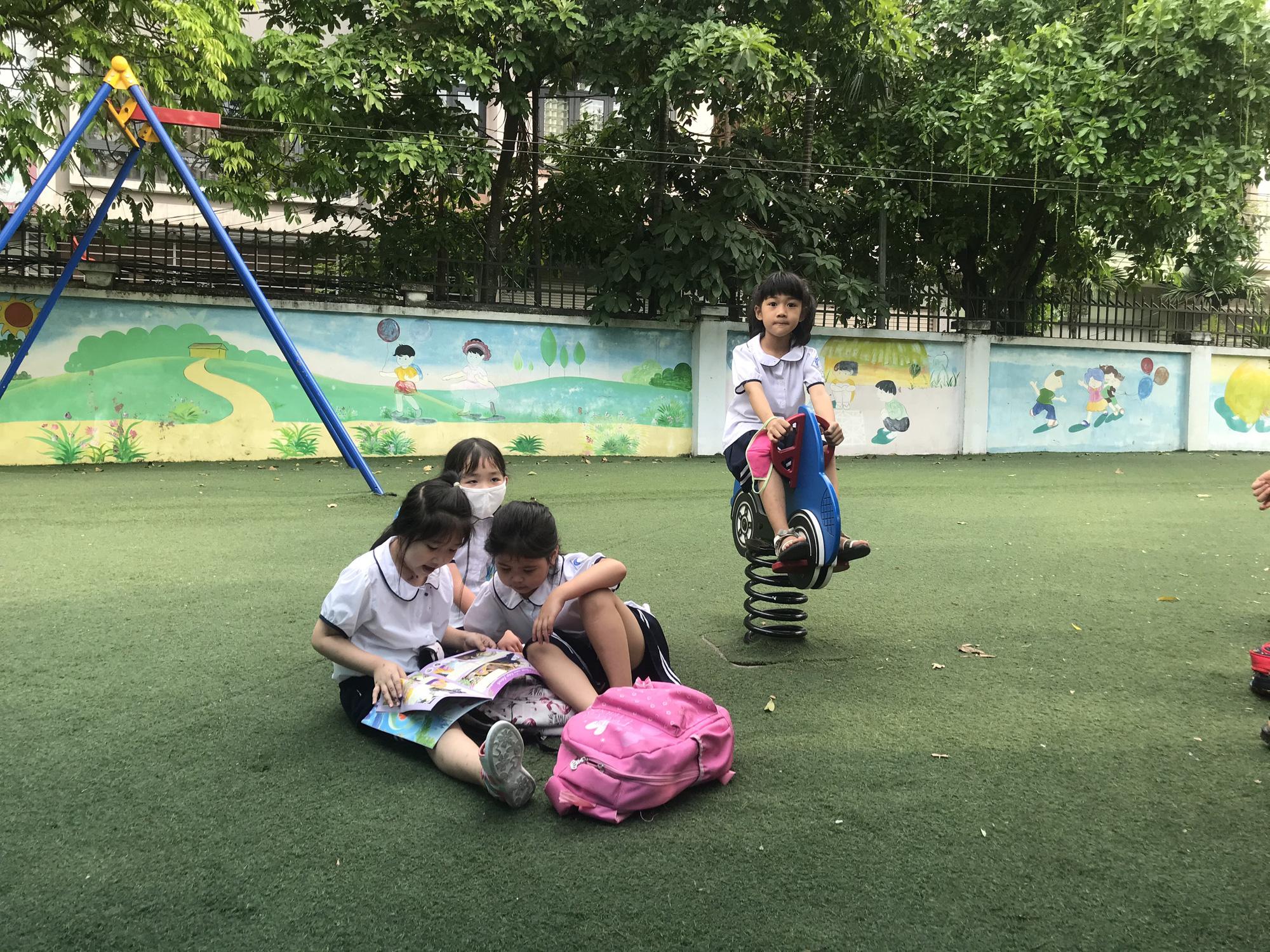 Tận dụng tán cây, ghế đá và sân khấu trường học để làm nơi tránh nắng cho học sinh trong lúc chờ đợi phụ huynh đến đón - Ảnh 5.