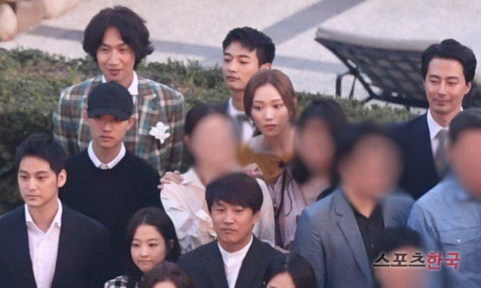 Bản sao bốc lửa của Song Hye Kyo bị hỏi về anh bạn trai Lee Kwang Soo ngay tại họp báo, đặc biệt hơn là danh tính người trêu - Ảnh 6.